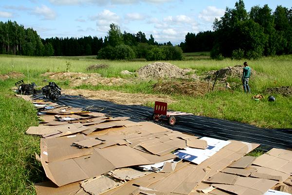 Vill man ändå täcka större arealer kan det vara bra att använda wellpapp. Här tog pappen slut och vi kompletterade med plast.