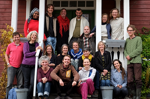Gruppfoto med deltagarna på årets skogsträdgårdskurs