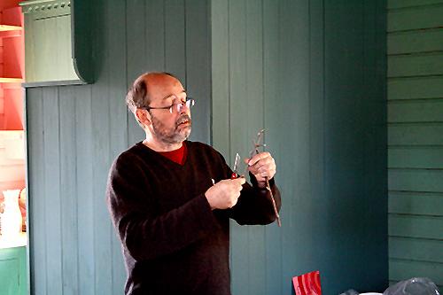 Bosse visar hur man ympar en äppelsort på en grundstam