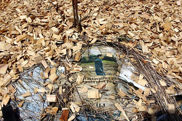 För det mesta täcker vi med tidningar runt varje träd eller buske och täcker tidningarna i sin tur med träflis.