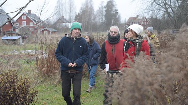 Martin Gustafsson visar den blivande Mångfaldsträdgården i Stjärnsund - En skogsträdgård som kommer att bjuda in en mångfald av djur, insekter och inte minst människor.
